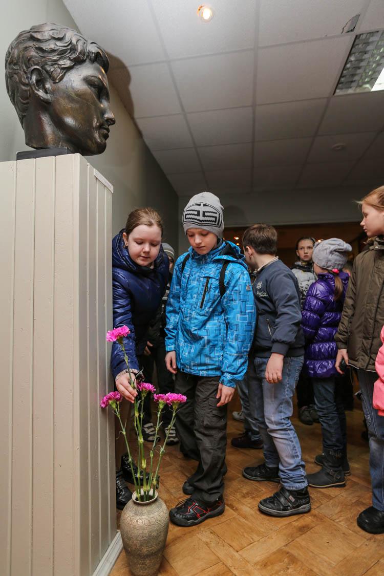 图为两名小学生向卓娅的雕像献花