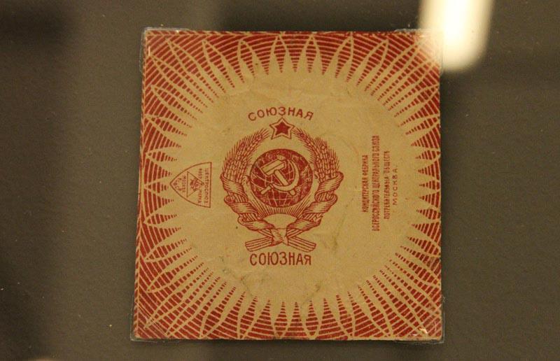 人民网莫斯科5月31日电 (记者 刘旭) 近日,俄罗斯商品包装设计展在莫斯科马涅日展馆举行。该展览展出了自19世纪后半叶到20世纪90年代俄罗斯生产的糖果、烟草、伏特加、茶叶、香水以及日用品等各式各样的商品包装,其中还包括俄罗斯著名糖果品牌红十月、阿布里科索夫家族以及香水品牌红色莫斯科在俄罗斯不同年代的包装设计。每个时期的商品包装设计都独具特征,同时也反映了俄罗斯在不同历史时期的社会变迁。