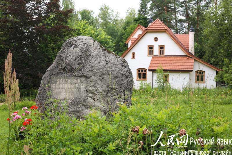在莫斯科奥卡河岸坐落着一片宁静雅致的庄园,这里就是俄罗斯著名风景画家波列诺夫的故居。1887年,波列诺夫在致妻子的信中写到,我梦想在奥卡河边拥有一幢小房子,梦想着把它布置好,并在那里开始我们的生活。我们要安排一个既能作博物馆,又可以作画廊和图书馆的大房间。它的旁边是木工作坊、造船小屋、鱼具室和露天阳台,楼上则是我的画室。也许,这些美好的愿望将会成为现实。 瓦西里德米特里维奇波列诺夫(1844-1927)是俄罗斯19世纪著名的风景画家,他的绘画作品向世人展示了他永不枯竭的绘画天赋。他认为,艺术应该给予