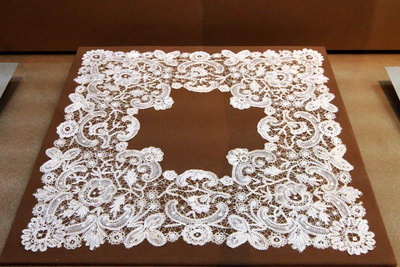 图为花边编织的杯垫
